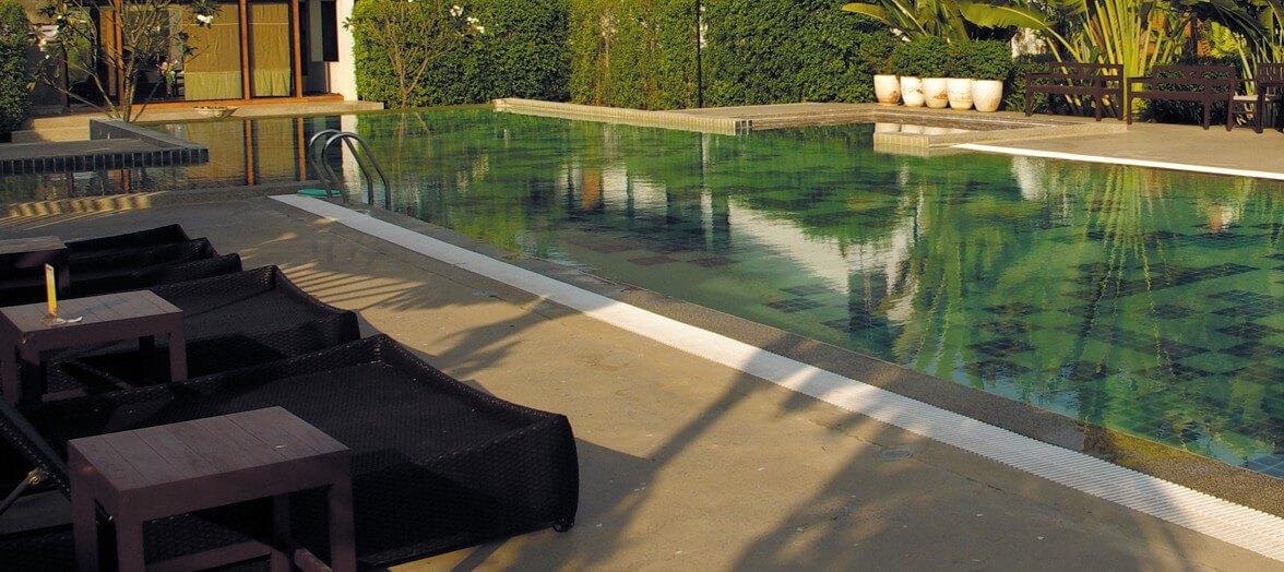 une piscine, un électrolyseur à sel, enfin la tranquilité d'une eau bien désinfectée